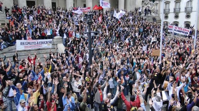 Educadores lotam assembleia em frente à Alerj no dia 27/8 || Foto: Barrenechea