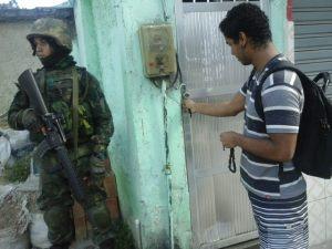 """Militares na porta de morador da Maré: """"na favela a ditadura não acabou"""". Foto: Miriane Peregrino"""