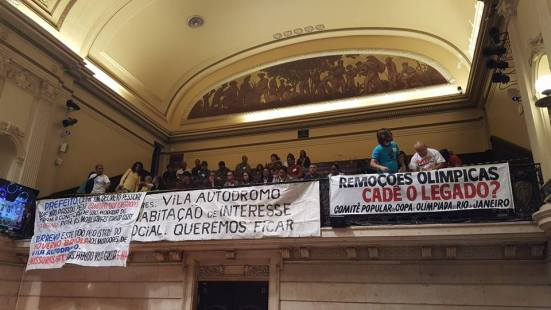 Apoiadores das comunidades Vila Autódromo e Vila União acompanham audiência