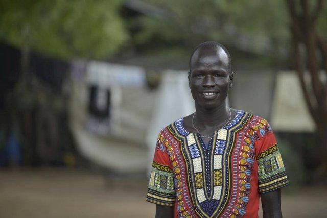 Yiech Pur Biel posa para foto do lado de fora de sua casa no campo de refugiados de Kakuma, no norte do Quênia © ACNUR/Tobin Jones