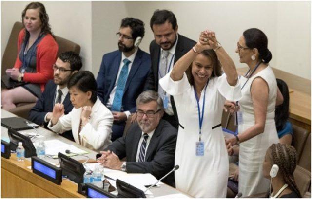 La presidenta de la Conferencia de Naciones Unidas en Nueva York, Elayne Whyte Gomez, se felicita luego del histórico voto del 7 de julio de 2017 para la adopción del Tratado de Prohibición de Armas Nucleares (TIAN). (Crédito de la imagen: ICAN)