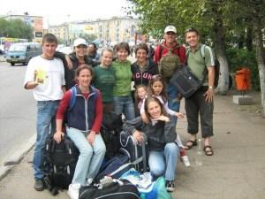 Tamara (stă pe rucsac) + grup de tineri din România - misiune Siberia 2008