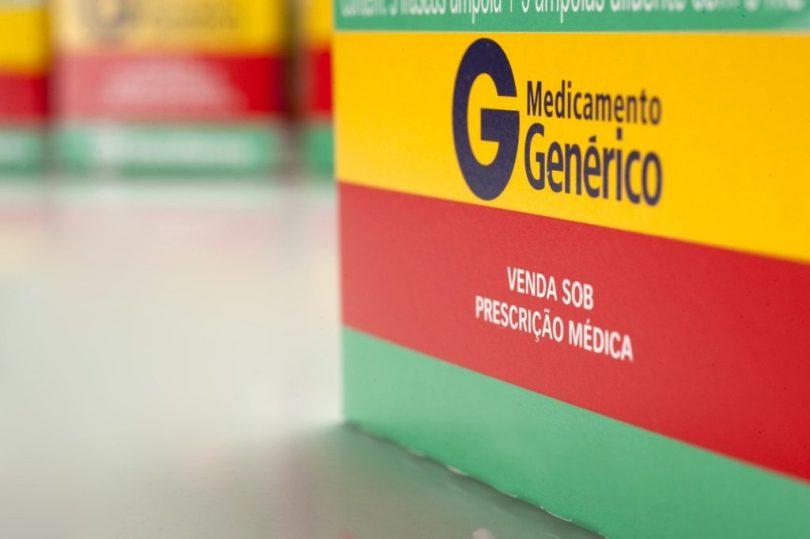 Remédio genérico em cima da bancada da farmácia