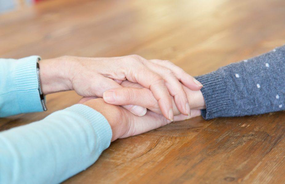 Mãe e filha de mãos dadas lutando contra a depressão
