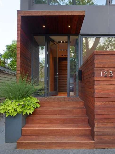 DUBBELDAM ARCHITECTURE + DESIGN | Situado em um antigo bairro de Toronto, no Canadá, o projeto foi desenvolvido para oferecer espaços ao ar livre em vários níveis para atender ao desejo dos proprietários de uma melhor conexão com a natureza. Em contraste com a madeira presente na fachada, a porta de entrada em vidro garante um toque contemporâneo. Foto: Shai Gil