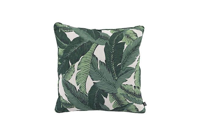 EICHHOLTZ | Padronizada por folhas de palmeira em diferentes tons de verde, a almofada Mustique adiciona cor e textura ao ambiente. Indicada apenas para uso em locais internos, é fabricada em poliéster, trazendo o estilo tropical para o décor