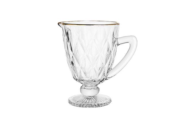 LYOR | Essencial para o verão, a jarra traz um toque sofisticado para servir água, suco ou refresco. Com capacidade para 1,1 litro, o modelo é feito em vidro com borda dourada
