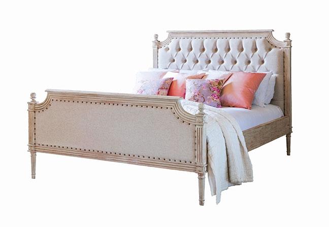 THE FRENCH BEDROOM COMPANY | A combinação de uma bela estrutura em madeira e o estofado em capitonê com tachas em latão, forma a cama Vignette. Esculpida à mão, os cantos trazem detalhes singulares