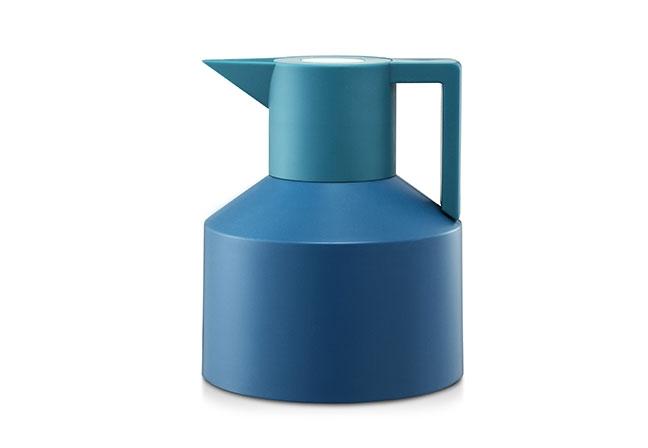 NORMANN COPENHAGEN | Feita em plástico na cor turquesa, a jarra Geo Vacuum garante um ar contemporâneo e elegante