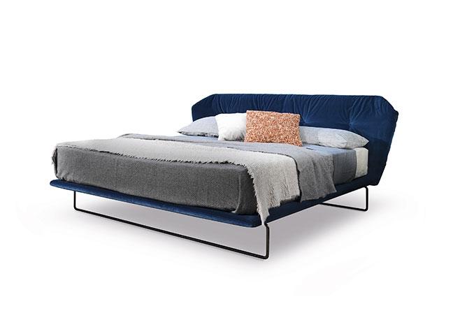 SABA ITALIA | A cama New York Air, assinada por Sergio Bicego, une beleza e qualidade. A cabeceira estofada em veludo azul e estrutura metálica fina, transparecem uma elegância retrô contemporânea