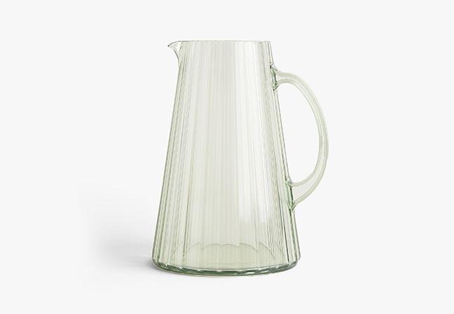 ZARA HOME | A jarra produzida em vidro pontua sofisticação com seu design minimalista, sendo perfeita para momentos descontraídos