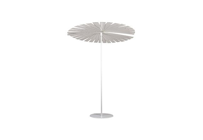 GANDIABLASCO: O design singular e cheio de personalidade de Ensombra permite o ajuste da quantidade de luz e sombra desejada. Inspirado no sistema de um ventilador, o ombrelone é produzido em aço galvanizado, aço inoxidável termolacado e ripas em tiras de placa fenólica. Com 1,80 (diâmetro) x 2,12 m (altura), está disponível em dez cores