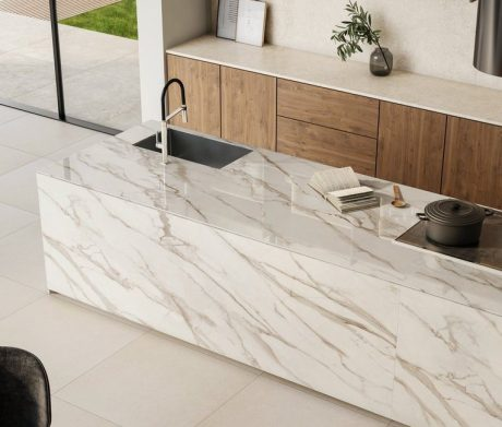 O porcelanato Bianco di Lucca, lançamento da Portobello, tem um grande formato e relembra o mármore italiano. De fundo branco e fácil aplicação, ainda deixa as combinações mais elegantes. Foto: Divulgação
