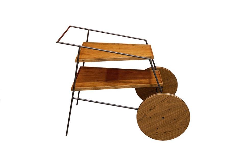 ARQUITETTÁ: Assinada por Zanini de Zanine, o carro bar Zina pode assumir várias funções, como servir bebidas quentinhas durante o outono. Produzido em madeira, sua estrutura delicada é feita em aço pintado