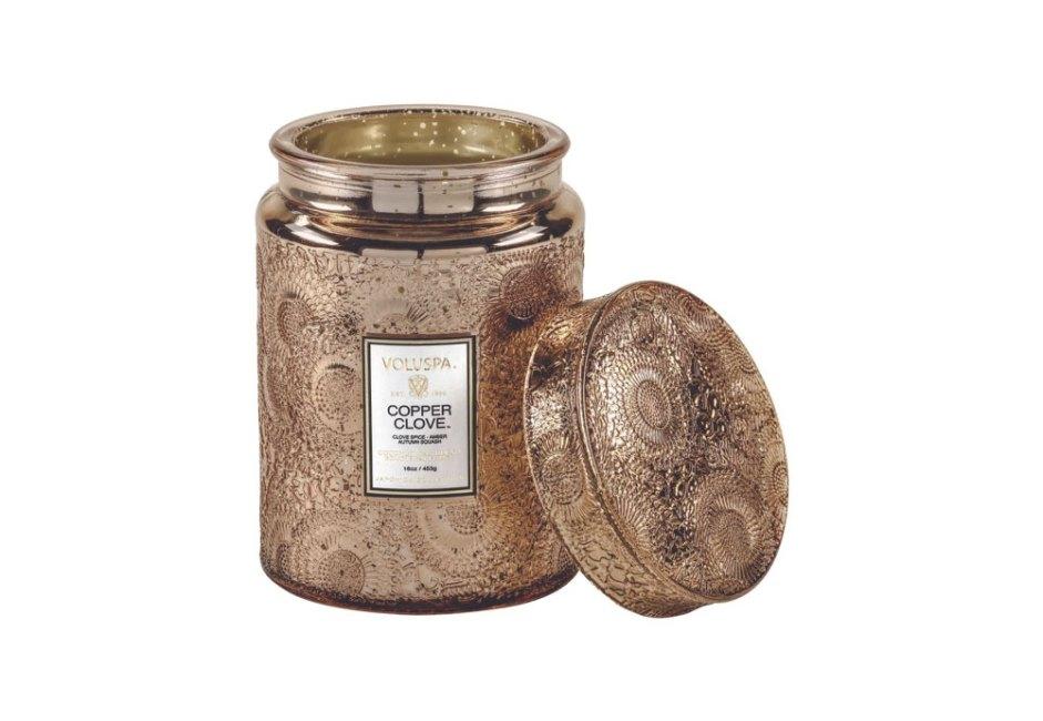 BLUE GARDENIA: Com um luxuoso pote em vidro com tampa que a acompanha, a vela Copper Clove, da Voluspa, carrega fragrância de cravo-da-índia, âmbar e abóbora. Feita em cera de coco, tem duração de 100 horas