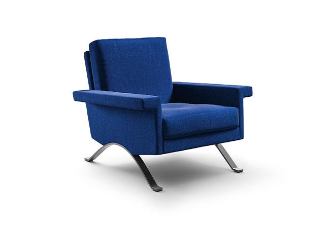 CASSINA: Em um mix dos estilos clássico e moderno, a poltrona 875 tem um grande assento e pés arqueados em aço em diferentes acabamentos. Projetada por Ico Parisi em 1960, o modelo foi reeditado com enchimento em espuma de poliuretano