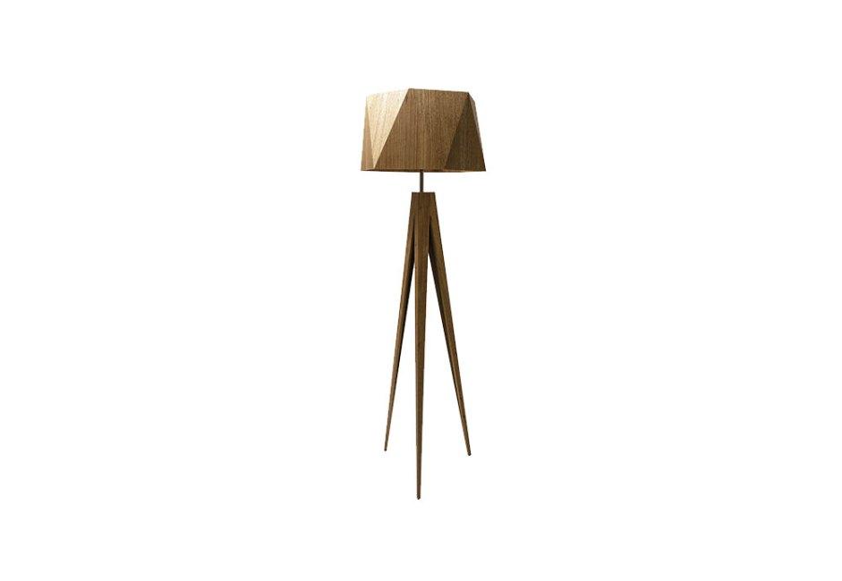 YAMAMURA: A luminária de piso facetada é ideal para compor ambientes aconchegantes. Em madeira imbuia com acabamento em verniz e pintura fosca, o modelo comporta uma lâmpada de soquete E27 com potência máxima de 30 W