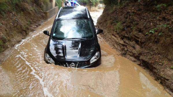 Uno de los coches arrastrados por la riera. Autor: Policia Local de Canet