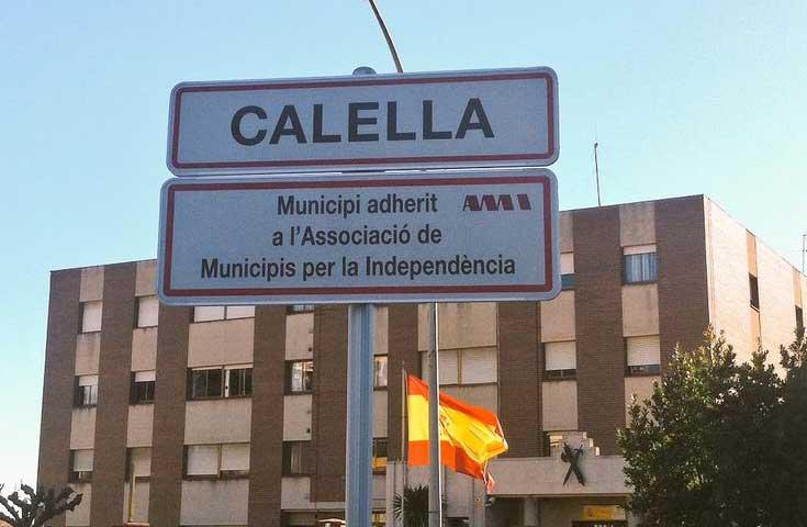 Un cartel de la AMI junto al Cuartel de la Guardia Civil de Calella