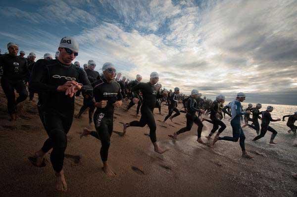 La salida de la prueba de natación es una de las partes más espectaculares del triatlón