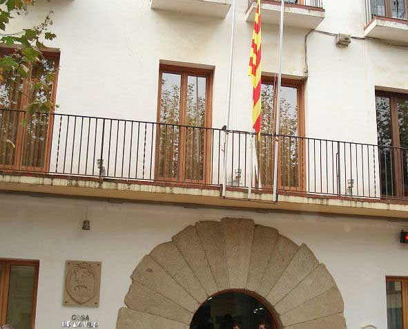El balcon del consistorio, aún sólo con la bandera catalana