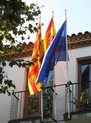 El balcón con todas las banderas