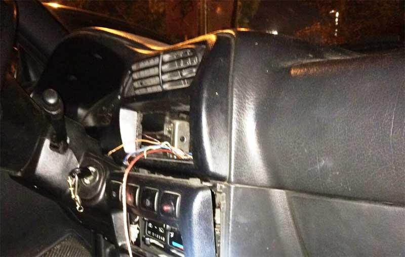 La banda escondía las joyas detrás de la radio de su vehículo