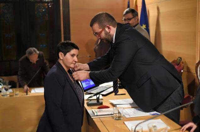 Dolors Guillén recibiendo los atributos de concejal por parte del alcalde, David Bote
