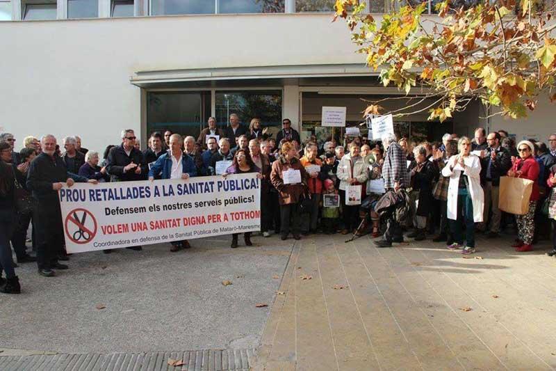 Manifestación ante el CAP de Arenys de Mar para protestar por los recortes