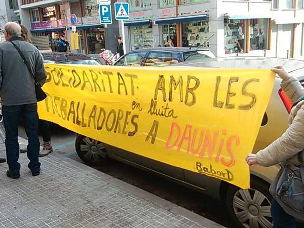 Trabajadores y extrabajadores protestando contra la cadena de panaderias