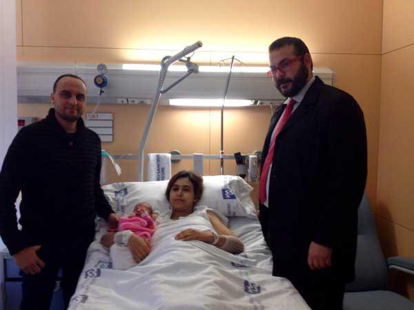 El alcalde de Mataró, David Bote, saludó a los padres del primer bebé del año