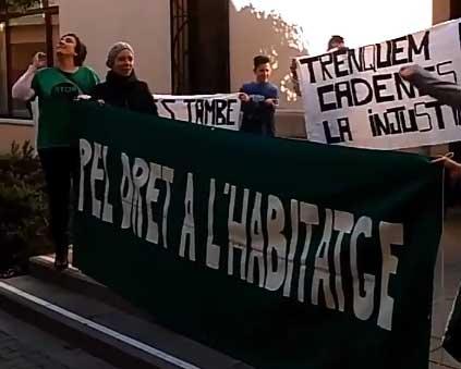 Miembros de la PAH se concentraron delante del Ayuntamiento de Malgrat