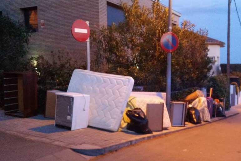 Los vecinos dejaron todos los enseres de la familia gitana en la calle. Foto: Revista Alella