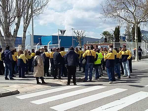 Trabajadores de la empresa en una reciente concentración ante la planta