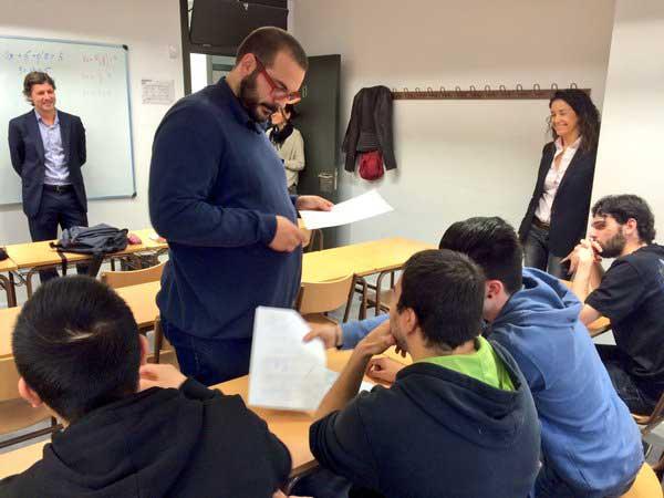 El alcalde Bote visitando la Escola d'Adults Can Noè. Foto: Ajt de Mataró