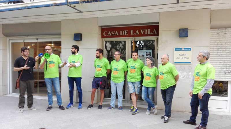 Los representantes de todos los grupos delante del Ayuntamiento. Foto: Ajt. de Premià