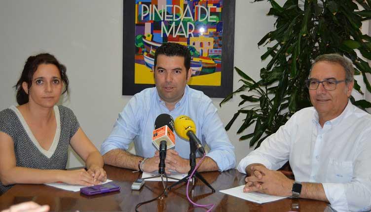 El alcalde de Pineda de Mar, Xavier Amor, el concejal adjunto a la Alcaldía, Francesc Horta, y la tercera teniente de alcalde y concejala de Presidencia, Silvia Biosca