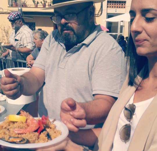 La regidora de PxC, Mònica Lora degustando la polémica paella de Rocafonda