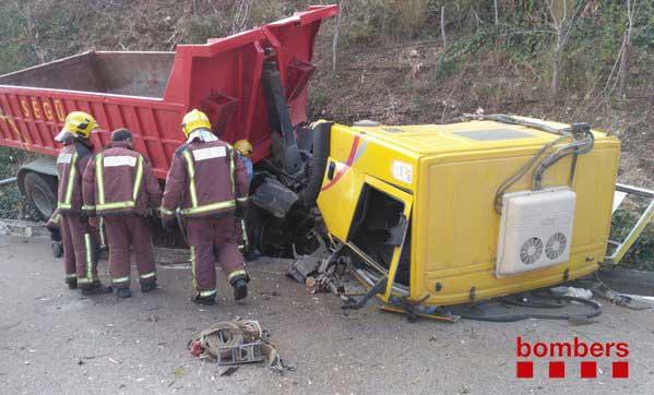 Los bomberos trabajando en el camión accidentado