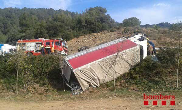 El camión se ha caído por un terraplen