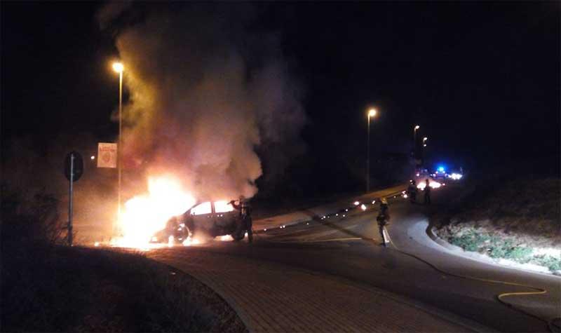 El coche ardiendo en la rotonda. Foto: Protecció Civil Lliçà d'Amunt