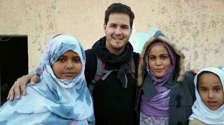 El alcalde de la Llagosta, junto a refugidos de los campos saharauis