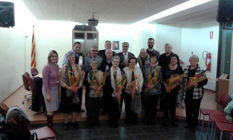 Todas las parejas homenajeadas junto al alcalde y la regidora
