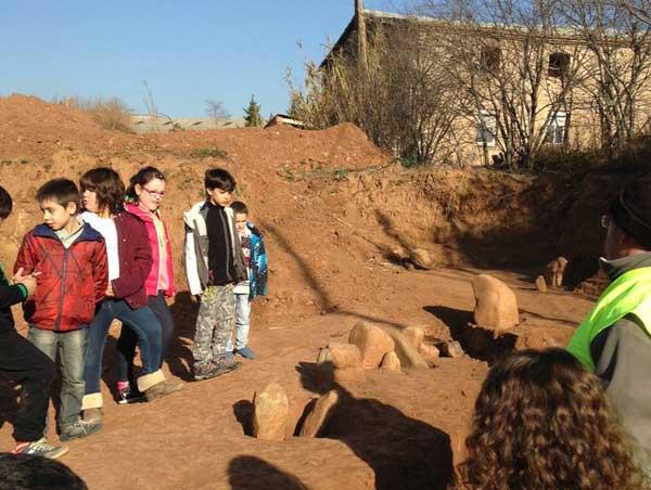 Alumnos de Els Quatre Vents observando las excavaciones