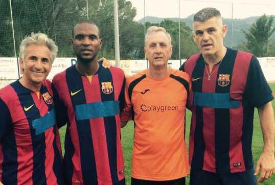 Cruyff junto a Masip y Abidal en el campo de futbol de Aiguafreda