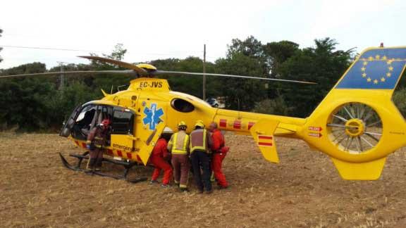 El herido fue trasladado en helicóptero al Hospital de Sant Pau. Foto: Bombers de El Figaró