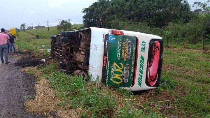 Ônibus da Eucatur sai da pista e tomba na BR-364
