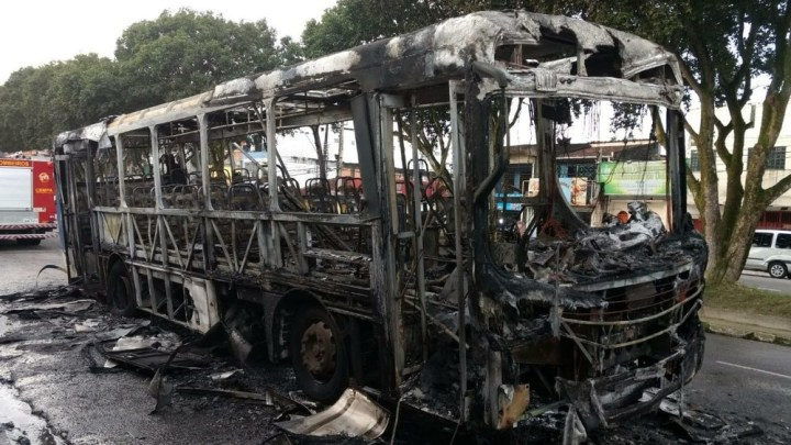 Ônibus pega fogo em Belém durante a madrugada