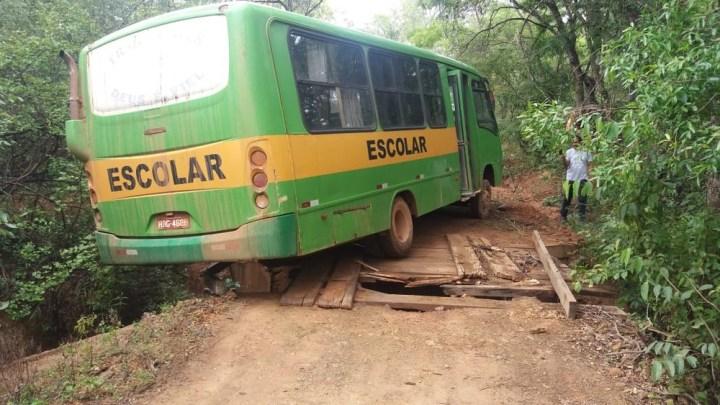 Ponte cai e micro-ônibus escolar quase causa uma tragédia em Montes Claros