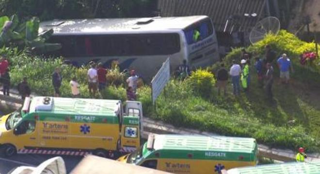 Ônibus cai em ribanceira deixando 20 passageiros feridos em São Paulo
